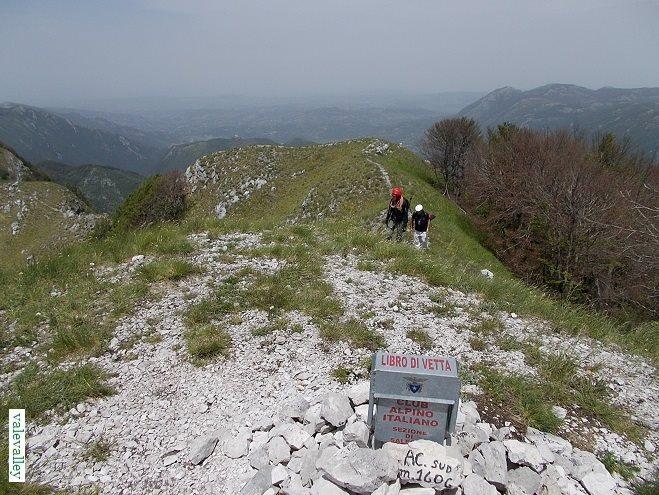 Grotte, sorgenti e splendidi faggeti: su e giù nei monti Picentini