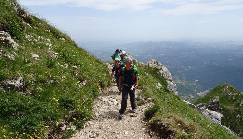 Sul Sentiero Italia CAI ai piedi del Gran Sasso, all'insegna dell'Alpinismo giovanile