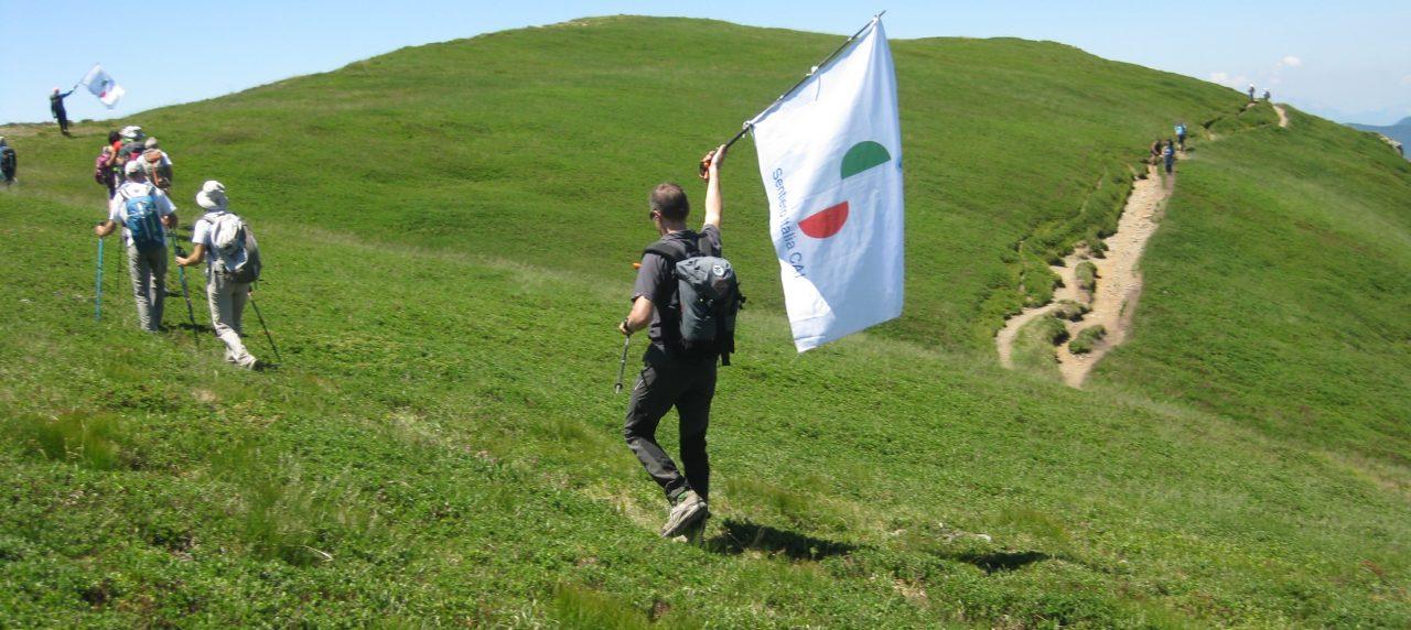 Scusi, cos'è Sentiero Italia CAI? La bandiera sul bastoncino suscita la curiosità dei turisti